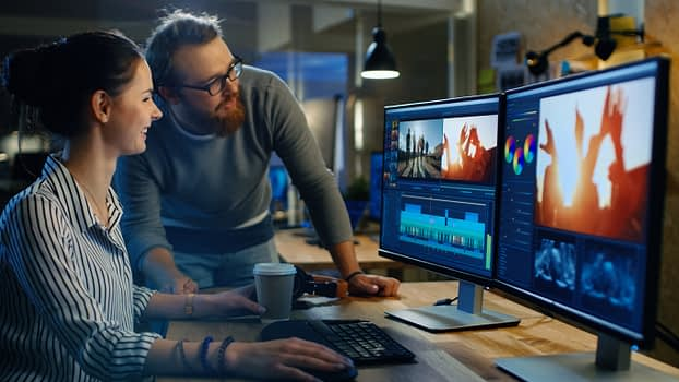 Profissionais de marketing utilizando vídeos de banco de imagens